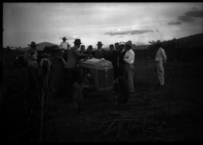 Lázaro Cárdenas y hombre viendo un tractor