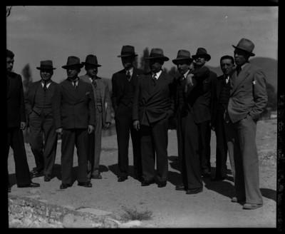 Lázaro Cárdenas acompañado de un grupo de hombres