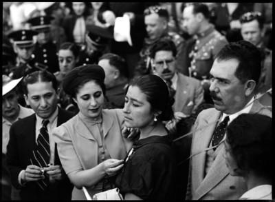 Amalia Solórzano de Cárdenas coloca una medalla a una mujer