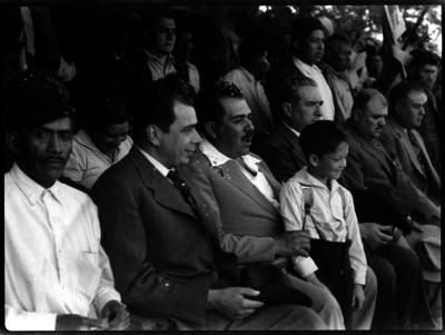 Lázaro Cárdenas en compañía de funcionarios en una ceremonia
