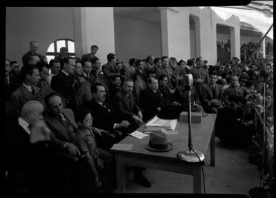 Lázaro Cárdenas con funcionarios en una ceremonia oficial