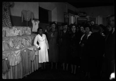 Amalia Solórzano de Cárdenas y mujeres, en un desfile de modas