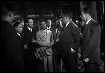 Lázaro Cárdenas conversando con unos individuos