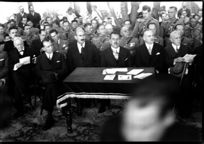 Lázaro Cárdenas con funcionarios en un acto público