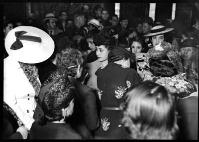 Amalia Solórzano de Cárdenas saludando a una mujer en una reunión social