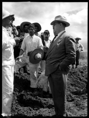 Lázaro Cárdenas durante su visita a las obras de la Cuenca de Tepaltepec