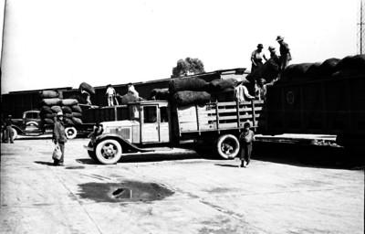 Trabajadores descargando mercancía de un ferrocarril