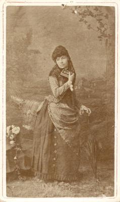 Mujer con libro y paraguas
