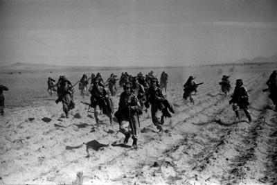 Miembros del ejército en un campo militar realizan maniobras para la guerra