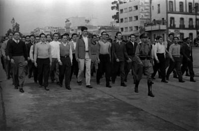 Civiles marchando por instrucción militar durante maniobras para la guerra