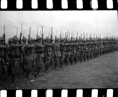 Miembros del ejército formados en un campo militar