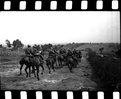 Miembros de la caballería militar realizando maniobras para la guerra