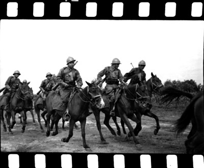 Militares a caballo realizando prácticas y maniobras para la guerra