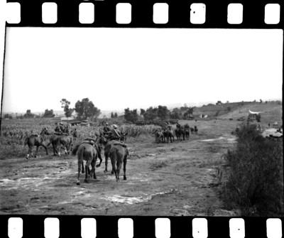 Miembros de la caballería militar realizando maniobras para la guerra en un campo