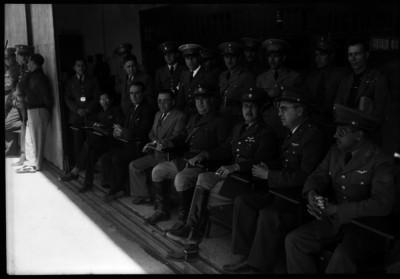 Manuel Ávila Camacho con militares y funcionarios en un cuartel, retrato de grupo