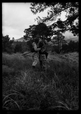 Militares realizando prácticas en un campo