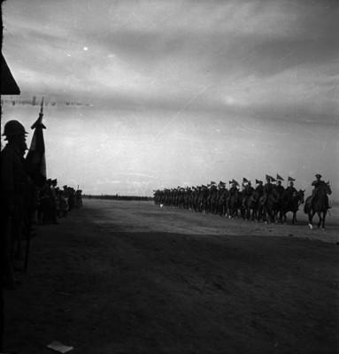 Contingente militar de caballería desfilando ante las autoridades militares