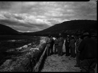 Lázaro Cárdenas y funcionarios visitando obras en una zona rural