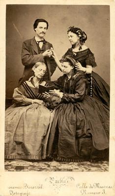 Familia en estudio fotográfico, tarjeta de visita