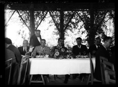 Lázaro Cárdenas en un banquete con gobernadores