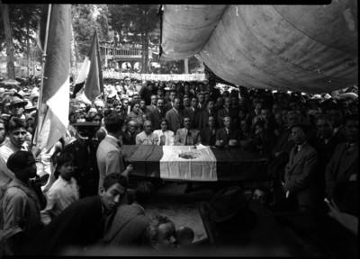 Lázaro Cárdenas presidiendo una ceremonia pública con otros funcionarios
