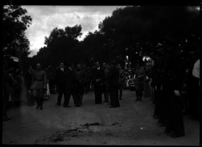 Lázaro Cárdenas y su comitiva, durante un evento