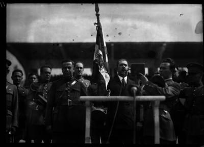 Lázaro Cárdenas pronunciando un discurso, durante una ceremonia militar