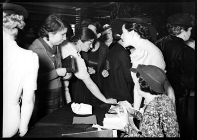 Amalia Solórzano de Cárdenas con un grupo de mujeres recibieno óbolos para la deuda petrolera