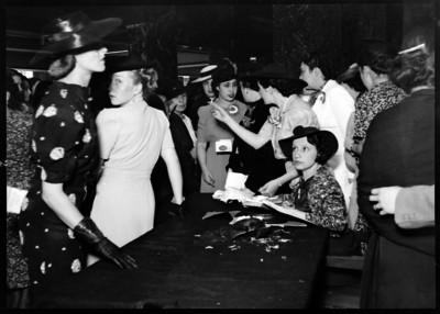 Amalia Solórzano de Cárdenas con un grupo de mujeres durante la entrega de óbolos para la deuda petrolera