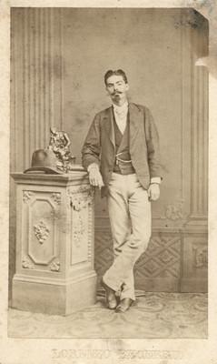 Hombre parado junto a columna