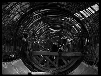 Trabajadores en la construcción de ductos para agua