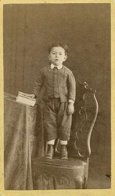 Niño de pie en una silla