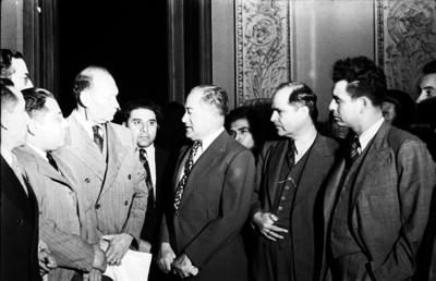 Maximino Ávila Camacho con un grupo de funcionarios