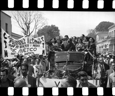 Miguel Alemán y seguidores en un camión durante su campaña electoral