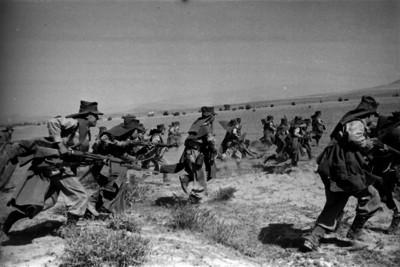 Militares corriendo en un campo durante prácticas para la guerra