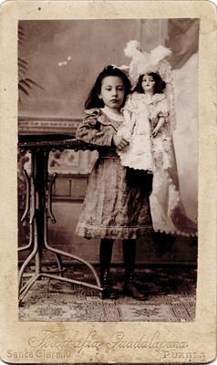 Niña con muñeca, retrato