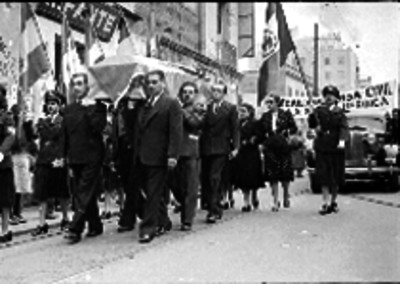 Hombres cargando un féretro en un funeral