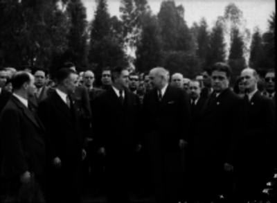 Manuel Ávila Camacho conversando con un funcionario durante la inauguración de la Beneficencia Española