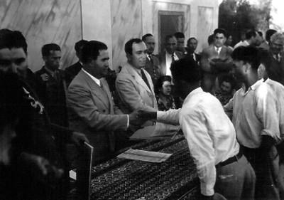 Manuel Ávila Camacho y Pascasio Gamboa entregando documentos a campesinos