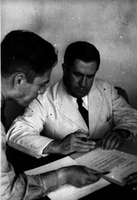 Manuel Ávila Camacho firmando títulos agrarios