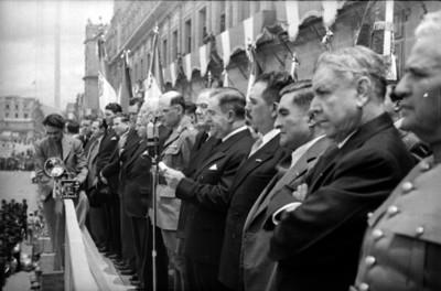 Manuel Ávila Camacho leyendo un documento durante la ceremonia de Acercamiento Nacional