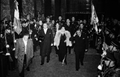 Manuel Ávila Camacho y su esposa en una ceremonia