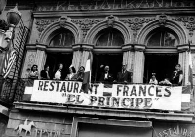 Colonia francesa celebrando la liberación de París en el balcón del Restaurant El Príncipe