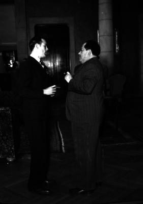 Agustín Arroyo Ch. conversando con otra persona