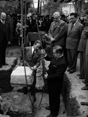 Manuel Ávila Camacho colocando la primera piedra del Hospital de los Niños