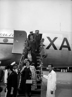 Manuel Ávila Camacho su esposa y funcionarios frente a un avión, retrato de grupo