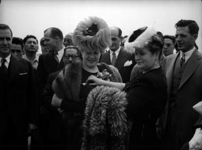 Soledad Orozco de Ávila Camacho recibiendo un fistol por parte de una mujer