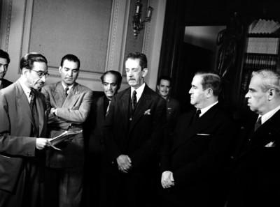 Manuel Ávila Camacho conversando con funcionarios públicos en Palacio Nacional