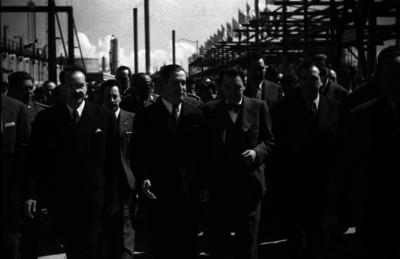 Manuel Ávila Camacho y comitiva recorren las instalaciones de la refinería 18 de Marzo