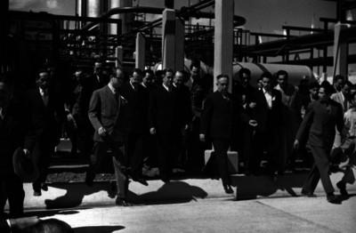 Manuel Ávila Camacho acompañado de funcionarios observando las instalaciones de la refinería